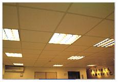 看大圖:天花板的間接照明燈(另開新視窗)